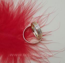 Selyemfényű sárga arany karikagyűrű-köves