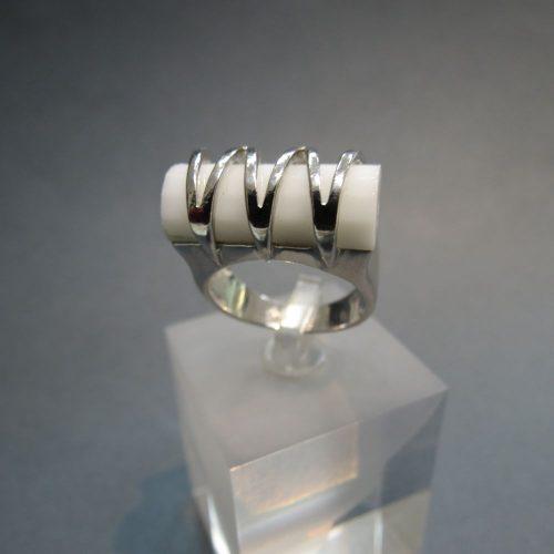 Ezüst gyűrű csiszolt fehér achát kővel